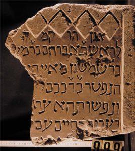 Mittelalterlicher jüdischer Grabstein aus Würzburg mit hebräischer Inschrift